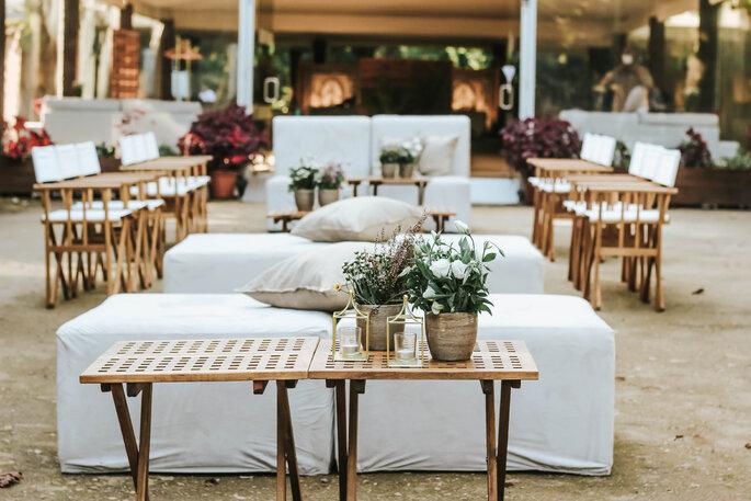 Salon joliment aménagé et décoré pour un mariage.
