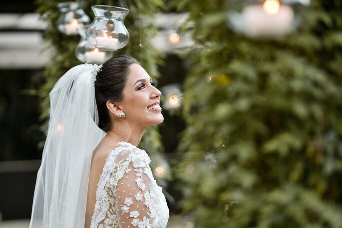 Detalhes do vestido de noiva com flores nas mangas