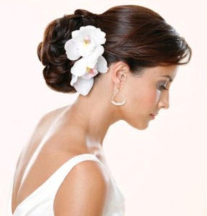 Живые цветы подходят практически к любым прическам: к романтичным локонам, распущенным или уложенным...