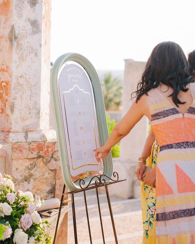 Convidada casamento a consultar seating plan