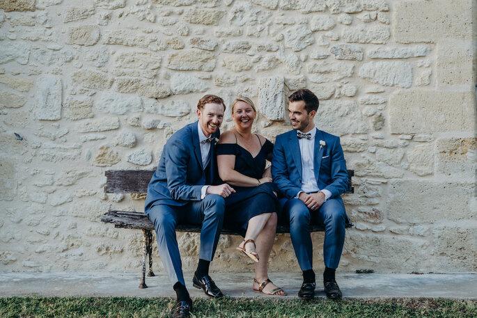 Emmanuelle avec un couple de mariés