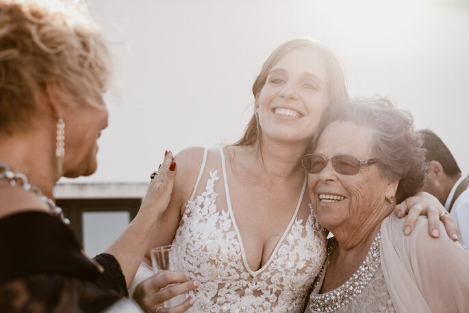 noiva a abraçar a avó