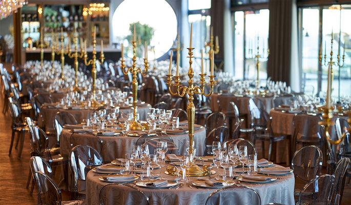 sala para casamento com castiçais dourados luxo