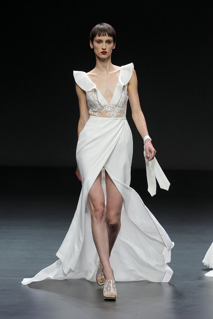 Vestido de novia Cymbeline con falda abierta efecto tatuaje en abdomen