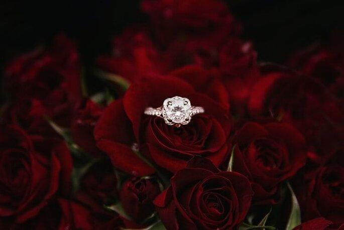 verlobungsring auf rosen