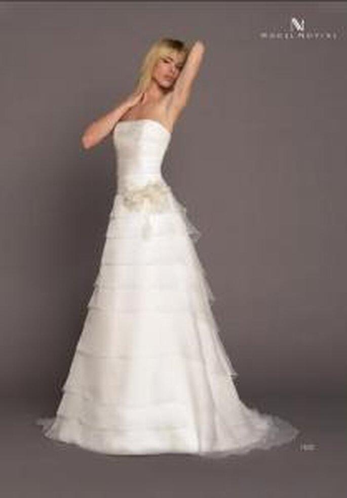 Model Novias 2009 - Vestido largo corte princesa escote recto palabra de honor, aplique floral