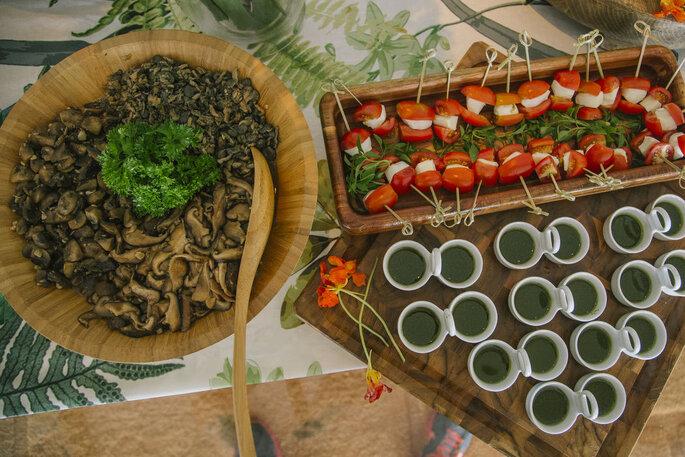 Ilha gastronômica para casamento com shimeji e tomate cereja ao pesto