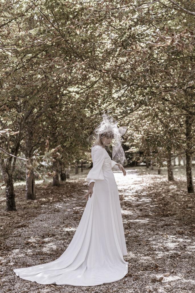 Une mariée dans les bois avec un voile original sur la tête