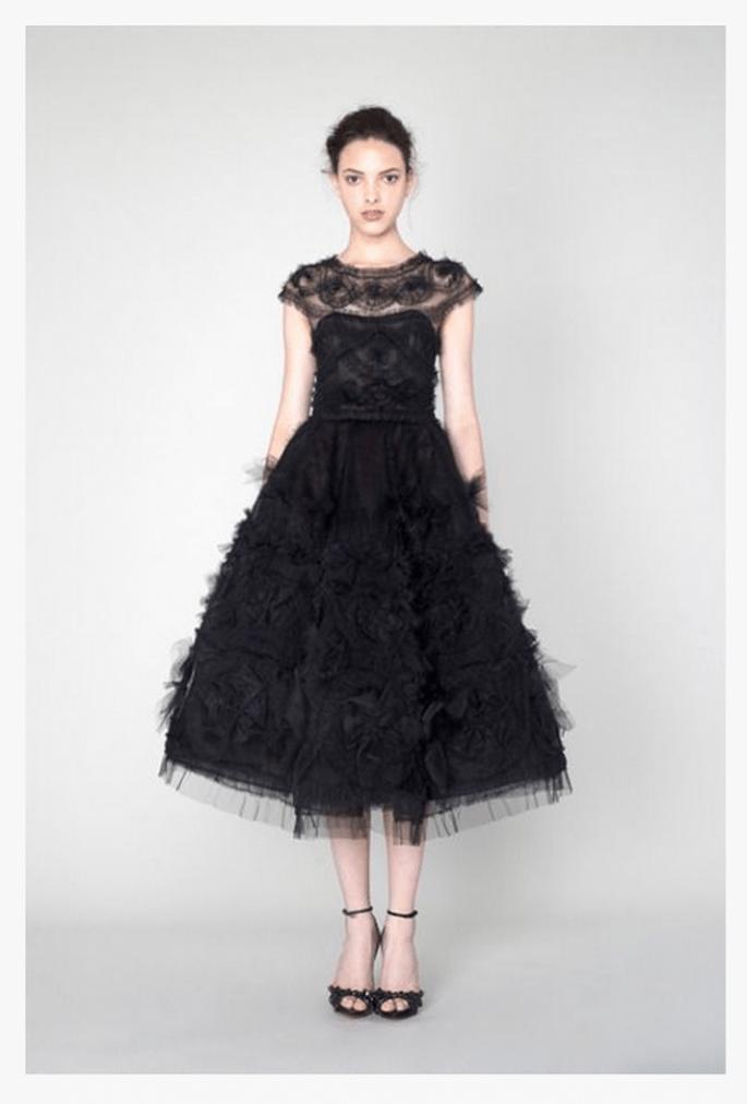 Vestido de fiesta 2014 en color negro con mangas cortas, escote ilusión y falda amplia con tul - Foto Marchesa