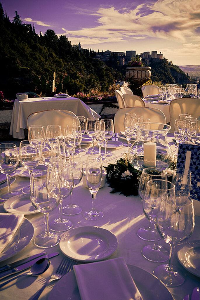 Encantadora decoración en violeta y blanco para una boda al aire libre. Foto: Adrián Tomadín