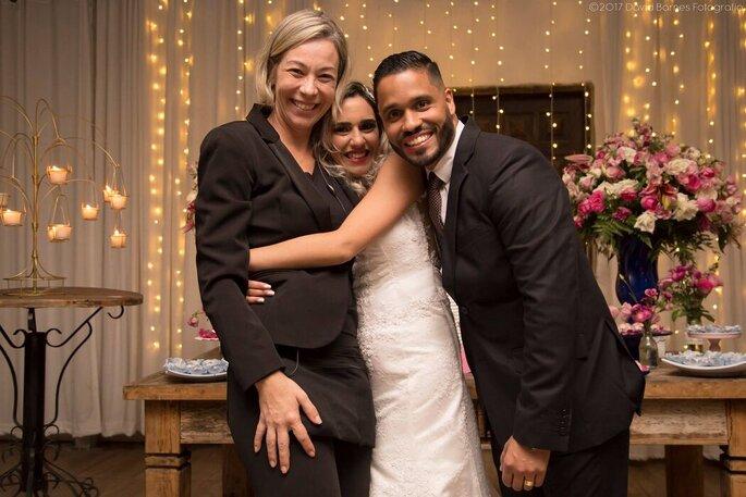 Adriana Fortes, da Tafetá Assessoria e Celebração Social de Casamento, com os noivos na festa