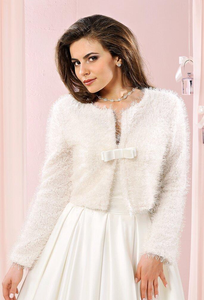 Boléro pour l'hiver sur robe de mariée, à retrouver chez Déclaration Mariage.