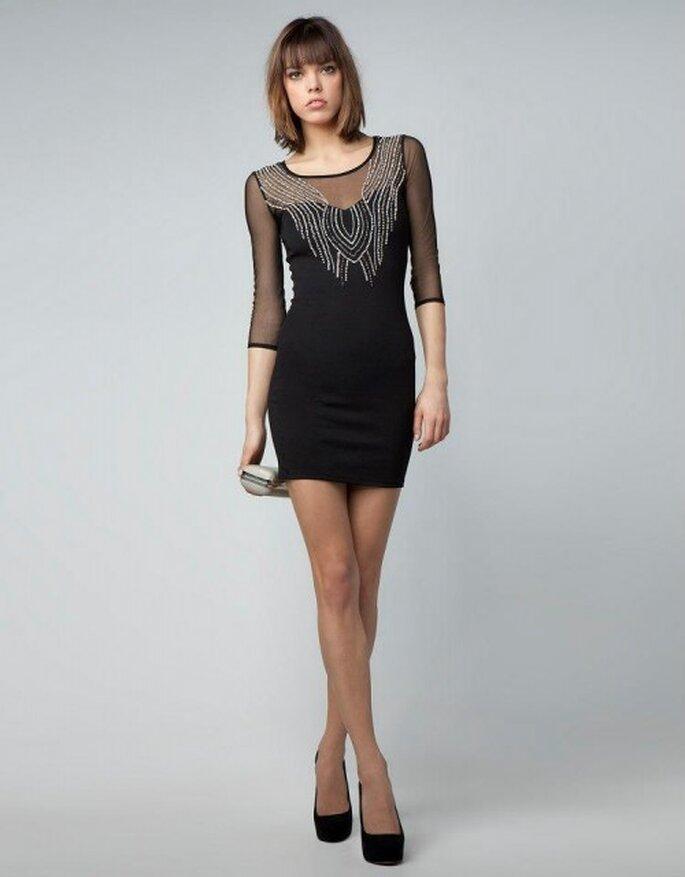 Vestido de fiesta corto en color negro con brocados en el cuello y mangas 3/4 con transparencias - Foto Bershka