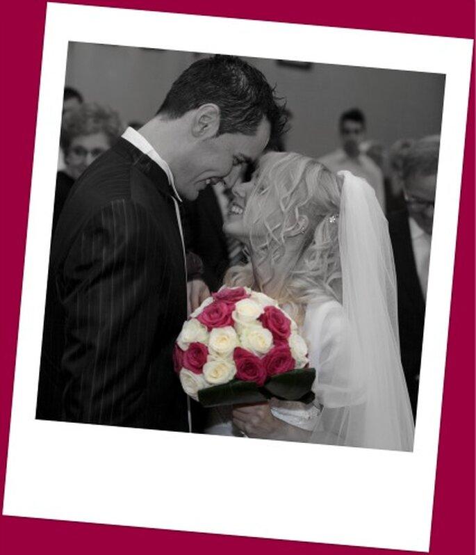In primo piano il bouquet di rose bianche e rosse della nostra sposa. Foto di Renato Donghi