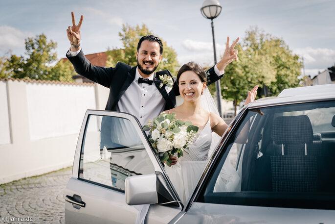 Brautpaar steigt ins Auto
