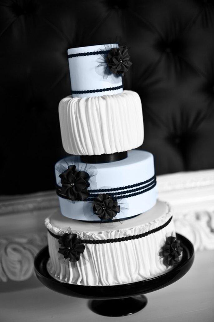 Pastel de boda blanco y negro con toque vintage, lineas horizontalesy verticales