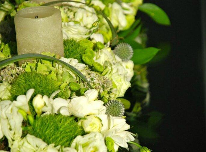 Centros de mesa con velas en verde y blanco. Foto: www.verdepimienta.com