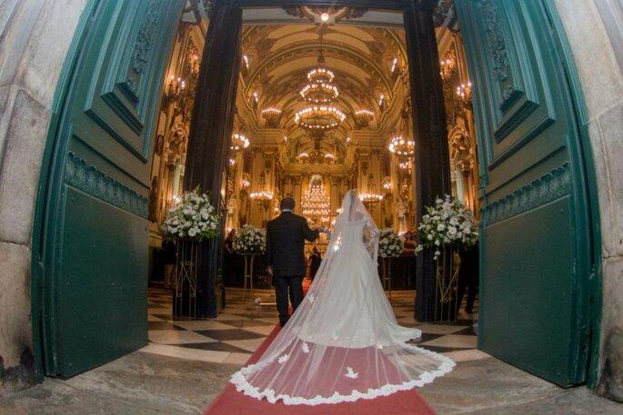 Noiva entrando na igreja. Foto: Digital Studio.