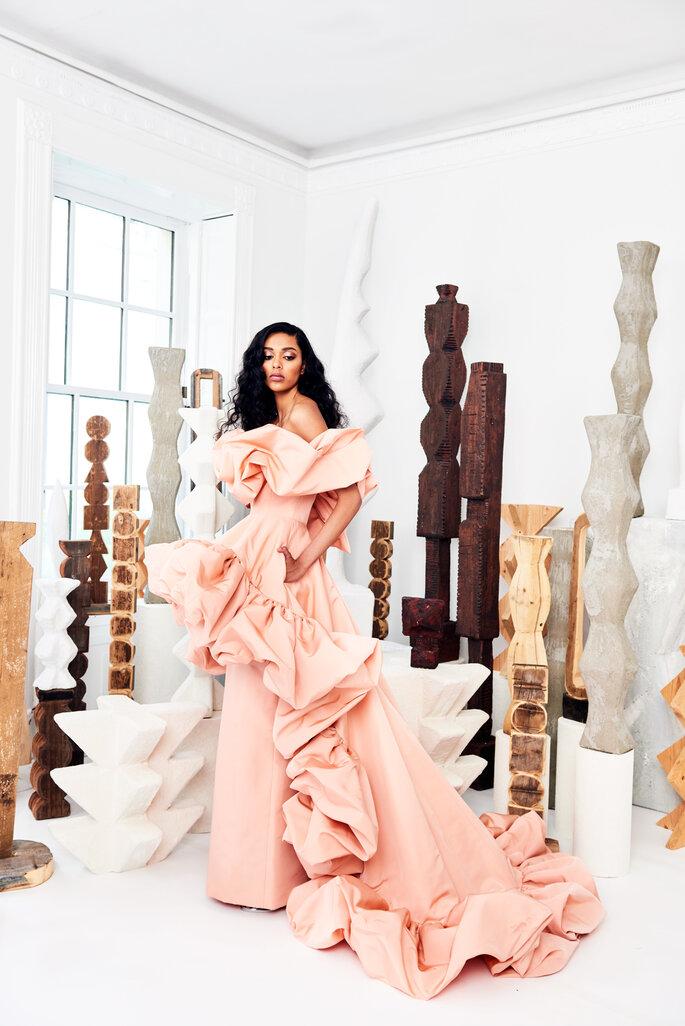 Vestido de novia en rosa con escote dramático