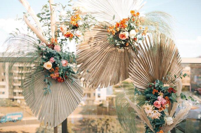 Arco de folhagens e flores para cerimônia