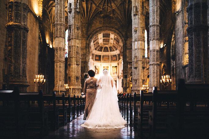 noiva entra na igreja com a mãe