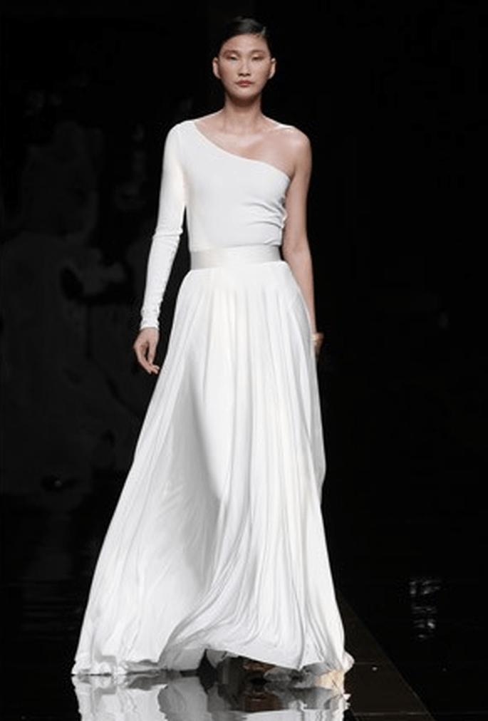 Décolleté asymétrique et lignes géométriques pour cette robe de mariée à manche longue unique. Photo : Rosa Clara