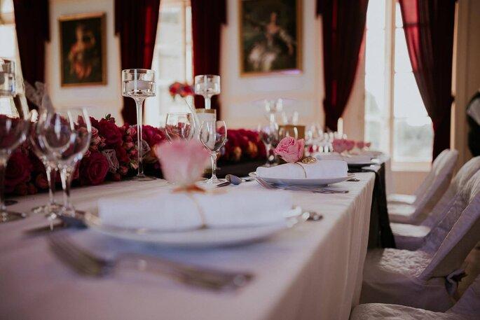 Salle de réception du Château de Denonville décorée de façon élégantes avec des roses rouge et des bougeoirs