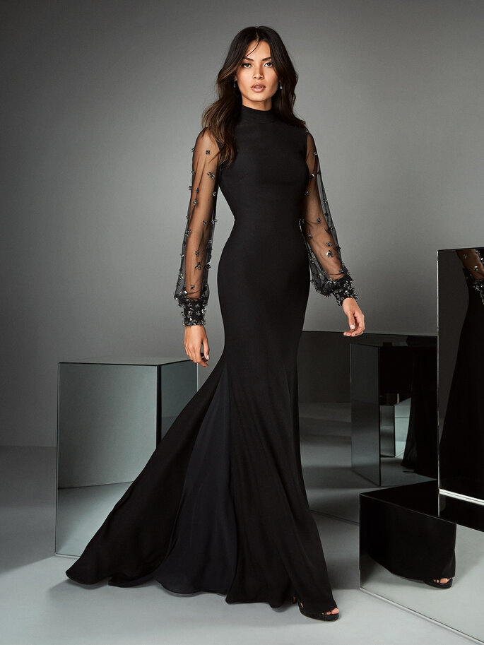 Vestidos de fiesta Pronovias negro con mangas largas en tul