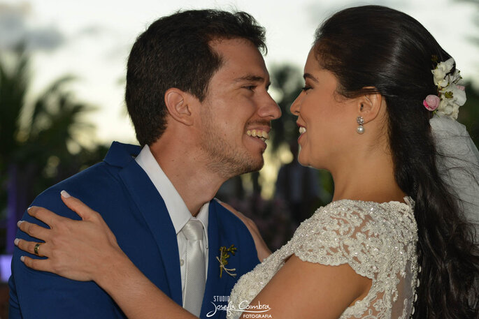 Beijo apaixonado casamento na praia