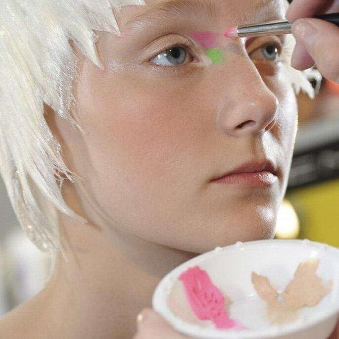 Atrévete y elige colores neón para aplicar en el lagrimal - Foto MAC Cosmetics