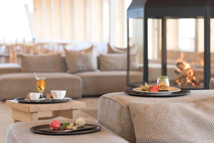 Sofas, Kerzen und Snacks im Salon des Gipfelgebäudes am Chäserrugg.