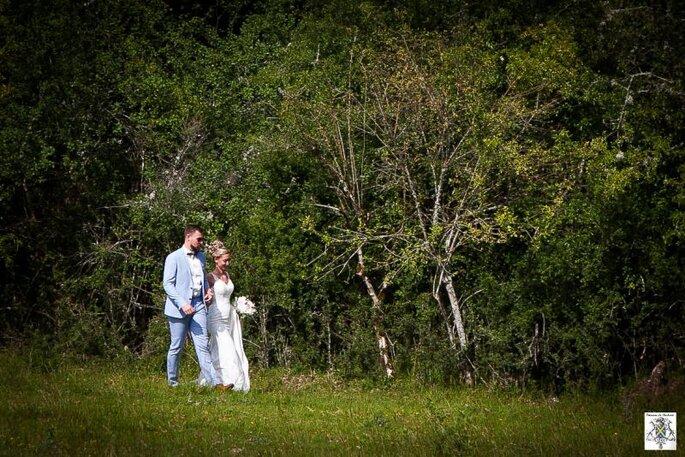 Domaine de Badard - Deux mariés se promènent dans le parc arboré