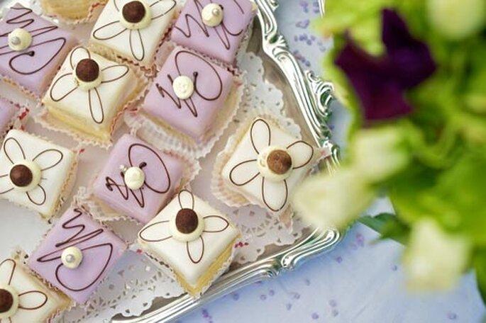 Delicados cupcakes en violeta pálido y blanco. Foto: Eppel fotografie catering