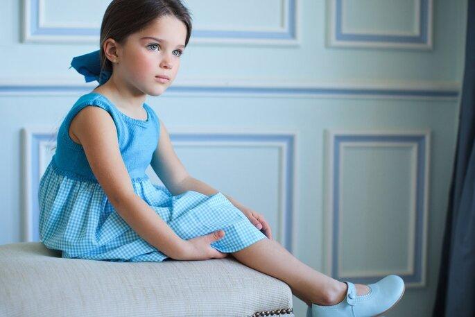Menina com vestido azul e laço no cabelo vestido festa casamento
