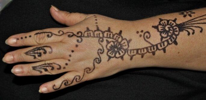 Bemalte Hand mit Henna. Foto: Ilona Martin / pixelio.de