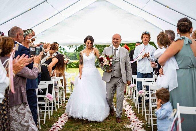 Photographie de groupe : l'entrée de la mariée