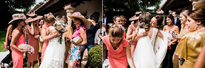 novia abrazando a sus damas de honor después de haber lanzado el ramo