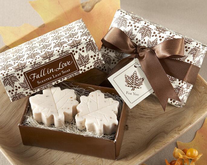 Jabones blancos con forma de hoja con caja en tonos otoñales
