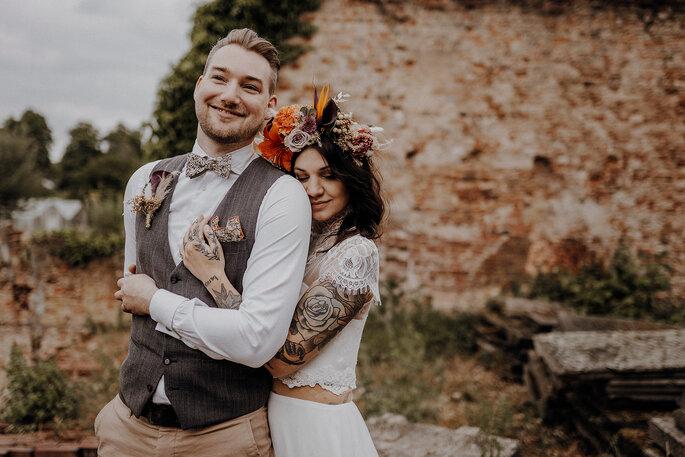 Sich umarmendes Brautpaar Boho Stil