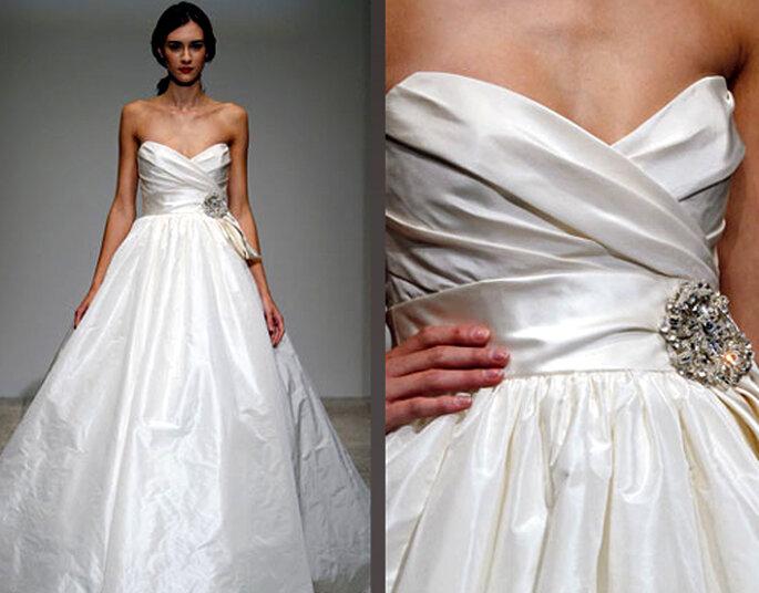 Vestido de novia elegante con cinto de flor de brillantes - Foto: Amsale Bridal