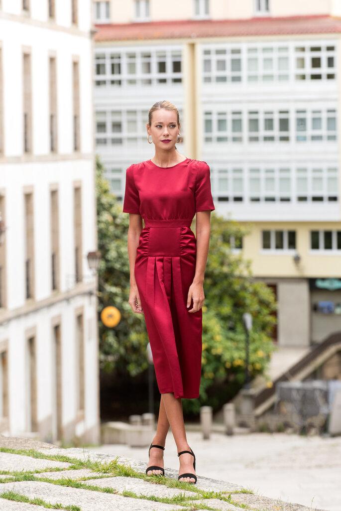 vestido rojo metalizado para fiesta de día midi