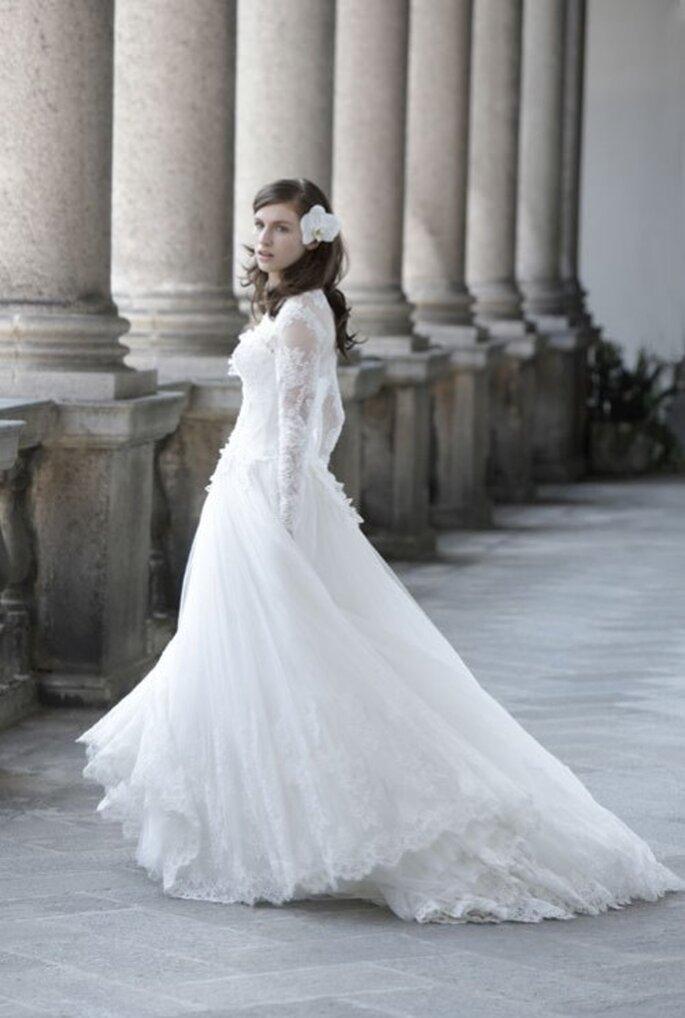 Vestido de novia 2014 con mangas largas confeccionadas con encaje y falda voluminosa con cauda - Foto Alberta Ferretti