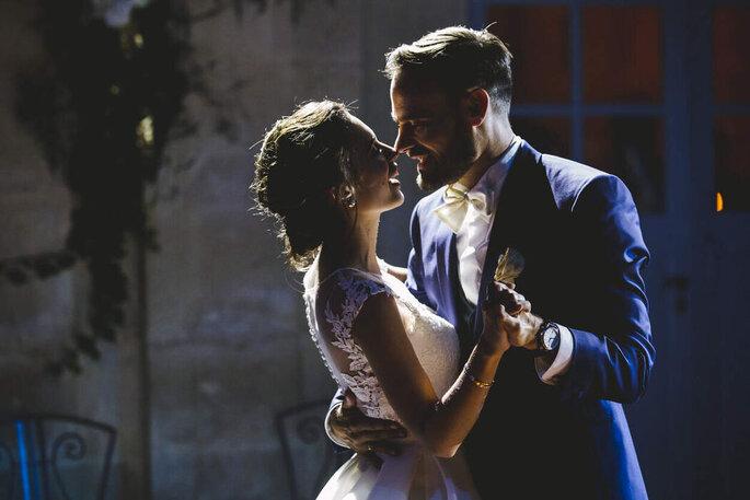 Un couple de mariés pendant l'ouverture de bal.