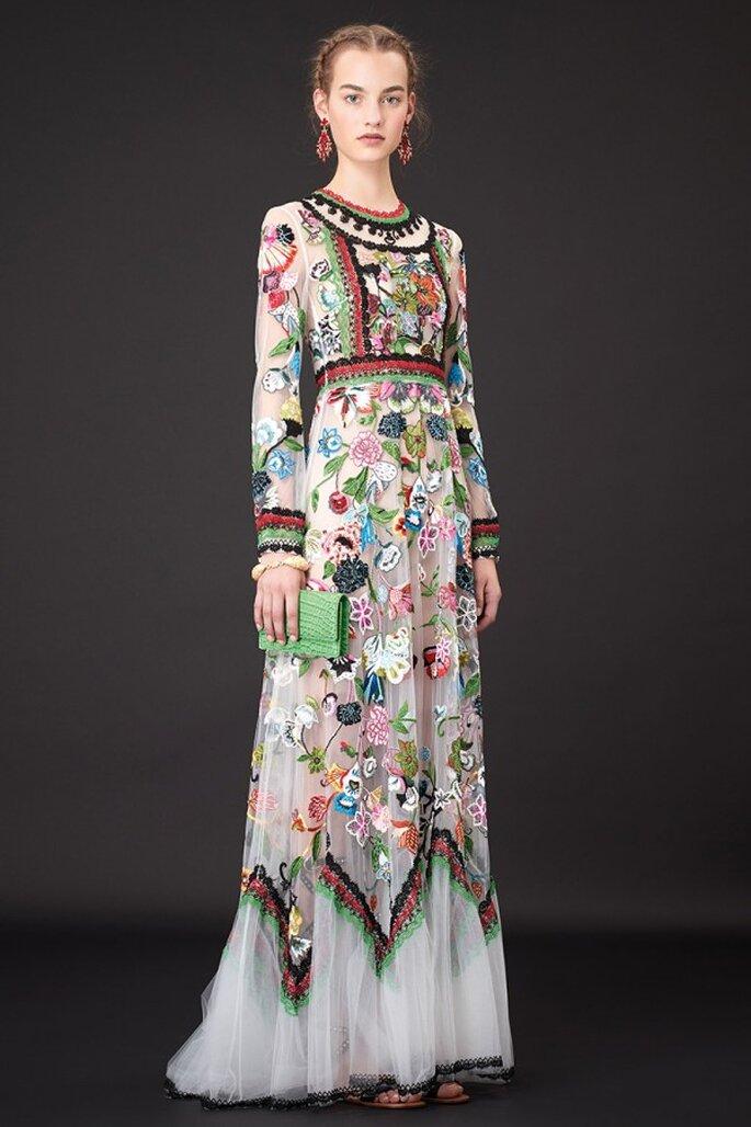 Vestido de fiesta 2015 de lienzo en blanco con estampados y tejidos coloridos inspirados en Frida Kahlo - Foto Valentino