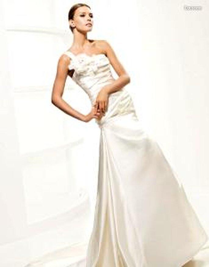 La Sposa 2010 - Lausana, langes Kleid mit drappiertem Mieder, asymmetrischer Ausschnitt mit Blumenapplikation