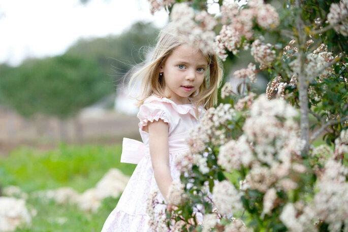 menina com vestido de festa com flores casamento