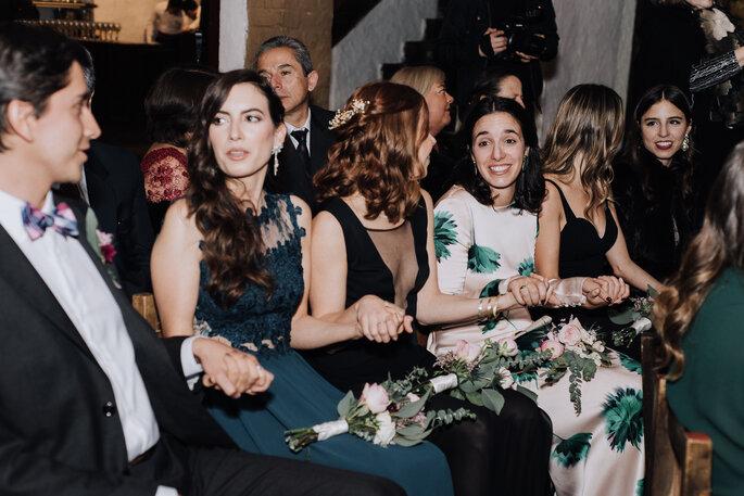Invitados de boda sentados en bancos de iglesia