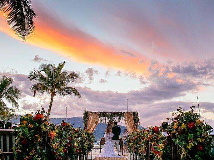 Mini Wedding na praia, com cerimônia a beira mar
