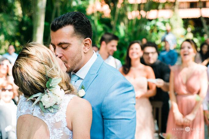 beijo apaixonado de noivos após casamento