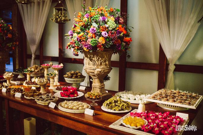mesa de doces para casamento com arranjo floral alto